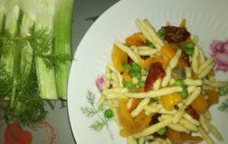 Insalata di pasta con peperoni arrostiti, pomodori secchi e piselli