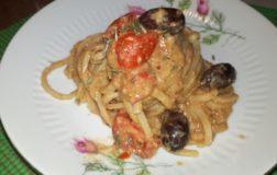 Strangozzi alla crema di ceci, olive kalamon  e pomodori ciliegino