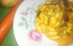 Cavatelli alla crema di patate e carote con uva sultanina. Ricetta facile, veloce e vegan