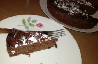 Torta soffice al cioccolato con scagliette di fondente