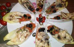 Barchette raw di indivia con patè di pomodori secchi e funghi champignon