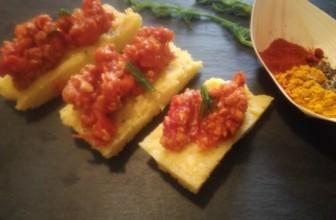 Crostini di polenta al ragù di soia, scopriamo la ricetta facilissima
