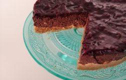 Cheesecake vegan e senza glutine con cacao e frutti di bosco
