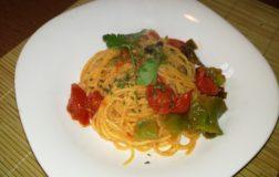 Spaghetti di mais con friggitelli e pomodorini