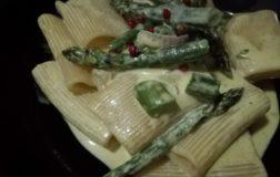 Paccheri con asparagi al profumo di limone e pepe rosa