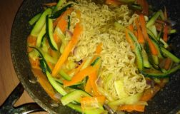 Noodles al curry con verdure: colori e sapori d'Oriente