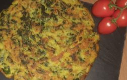 Frittata senza uova con spinaci, patate e porro in padella