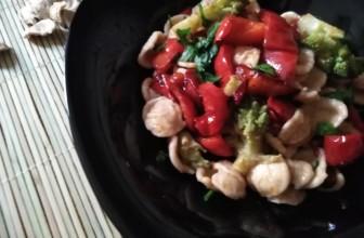 Orecchiette rustiche con peperoni e broccolo romanesco