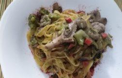 Fettuccine di mais con broccoletti e funghi misti