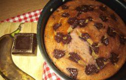 Torta vegan con banana e scagliette di cioccolato fondente