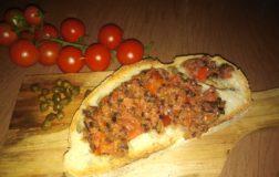 Patè di pomodori ciliegino, olive nere e capperi da gustare sulla bruschetta