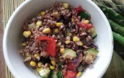 Farro con verdure fresche, il piatto unico per la stagione estiva