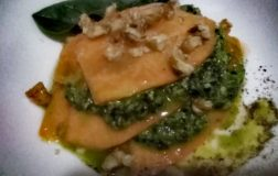 Lasagnetta crudista di zucca con pesto di spinacini e granella di noci