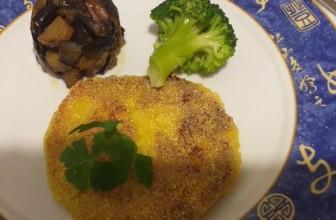 Medaglioni di patate, ceci e paprika panati con farina di mais
