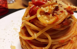Momiciana: spaghetti all'amatriciana vegan con tofu affumicato