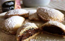 Mezzelune dolci ripiene di crema alla nocciola e cacao