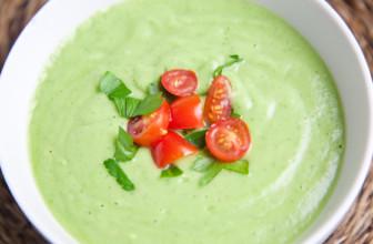La zuppa fredda di avocado, cetrioli e menta: una ricetta contro il caldo.