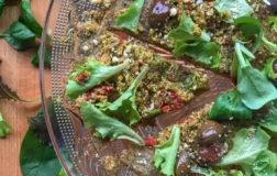 PiadaPizza con pesto di broccolo e pomodori secchi, ricetta sfiziosa
