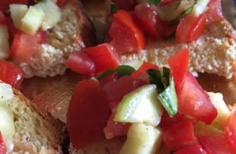 Bruschette tricolore: per un aperitivo vegetale al 100%.