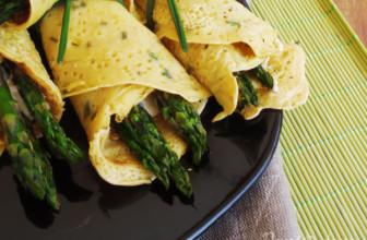 Crêpes salate con hummus e asparagi per l'aperitivo vegetale