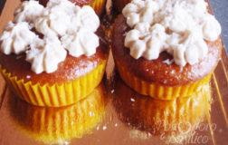 Cupcakes al cocco e lime ricoperti di panna montata veg: uno tira l'altro