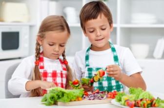 Piccoli trucchi per far mangiare ai bambini frutta, verdura e legumi.