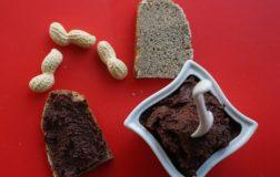 Pane con farina di canapa spalmato di crema di noci miste e cioccolato