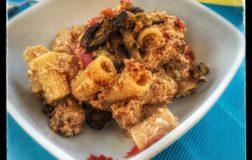 Pasta fredda con tofu saporito e melanzane croccanti