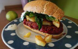 Panino con burger affumicato di sorgo e salsa al lime