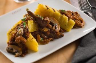Polenta con i funghi: la ricetta deliziosa di un piatto unico.