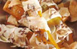 Spirali di peperoni croccanti per l'aperitivo vegetale