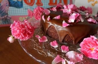 Torta con acqua di rose, datteri e panna al cocco senza zuccheri aggiunti