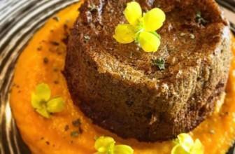 Tortino di cicoria su crema di carote – Ricetta vegustosa