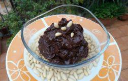 Veganaccio: la crema al cioccolato con cannella e pinoli