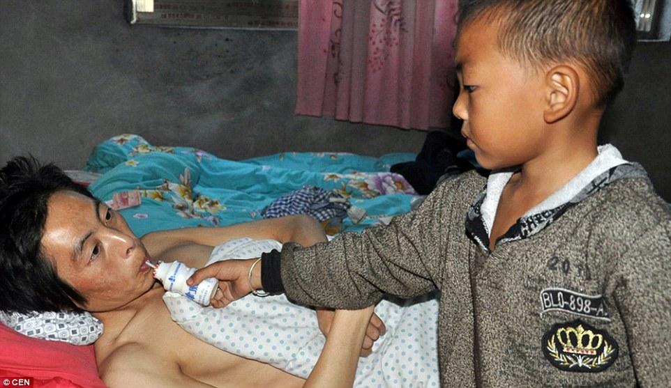 A soli sette anni bambino assiste il padre malato