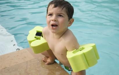 bambino-in-piscina-con-i-braccioli