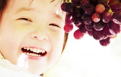 bambino-mangia-uva