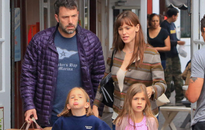 Despite their well documented marital struggles, Ben Affleck and Jennifer Garner tough it out and put on happy faces for daughter Seraphina. The troubled couple treated Seraphina and a friend to candy at Brentwood Country Mart. Divorce rumors began to intensify after Jennifer was spotted meeting with a divorce lawyer.. June 10, 2015 X17online.com   Lapresse Only italy Ben Affleck e Jennifer Garner con la piccola Seraphina a passeggio per Brentwood