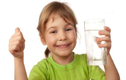 bimba-che-beve-acqua