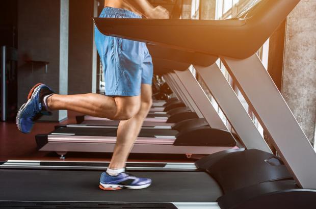 Allenamento indoor sul tapis roulant per i runner freddolosi